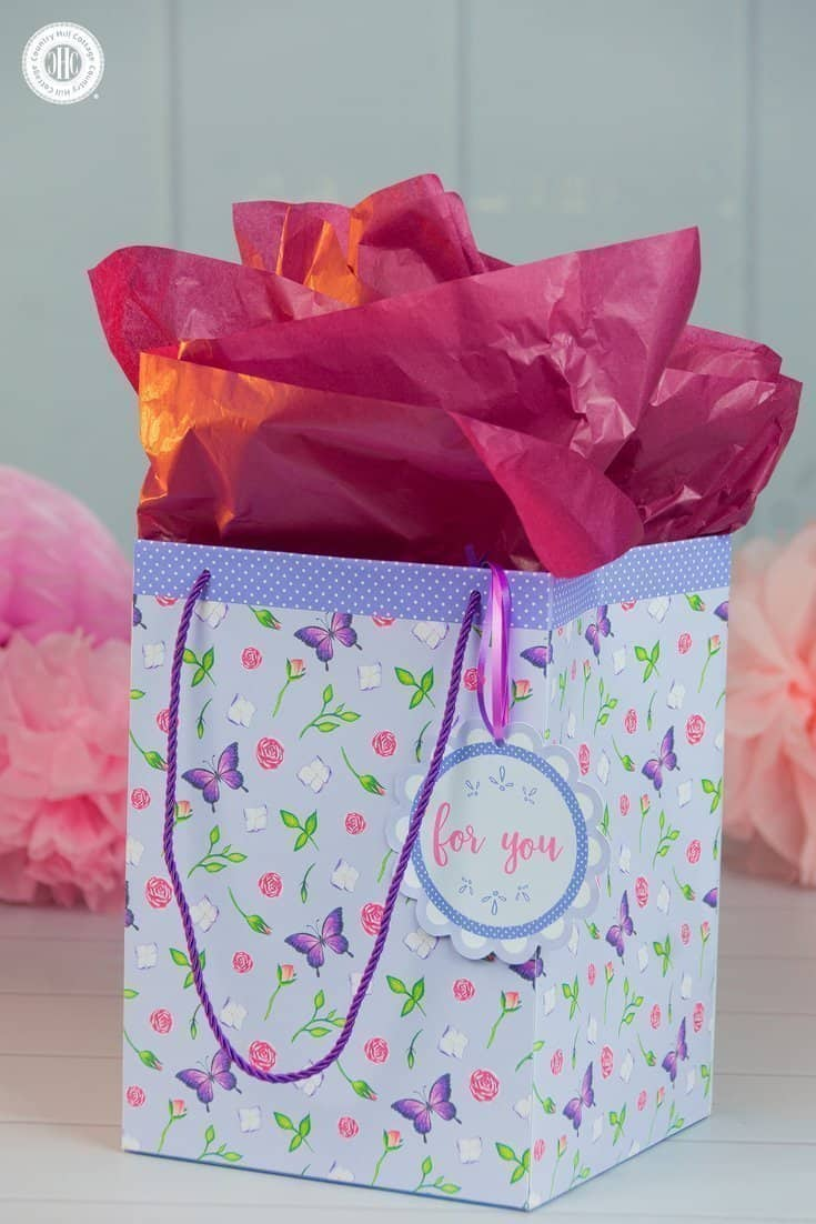 Learn how to craft a DIY gift bag and use our free printable to make it! #giftgiving #crafts | countryhillcottage.com