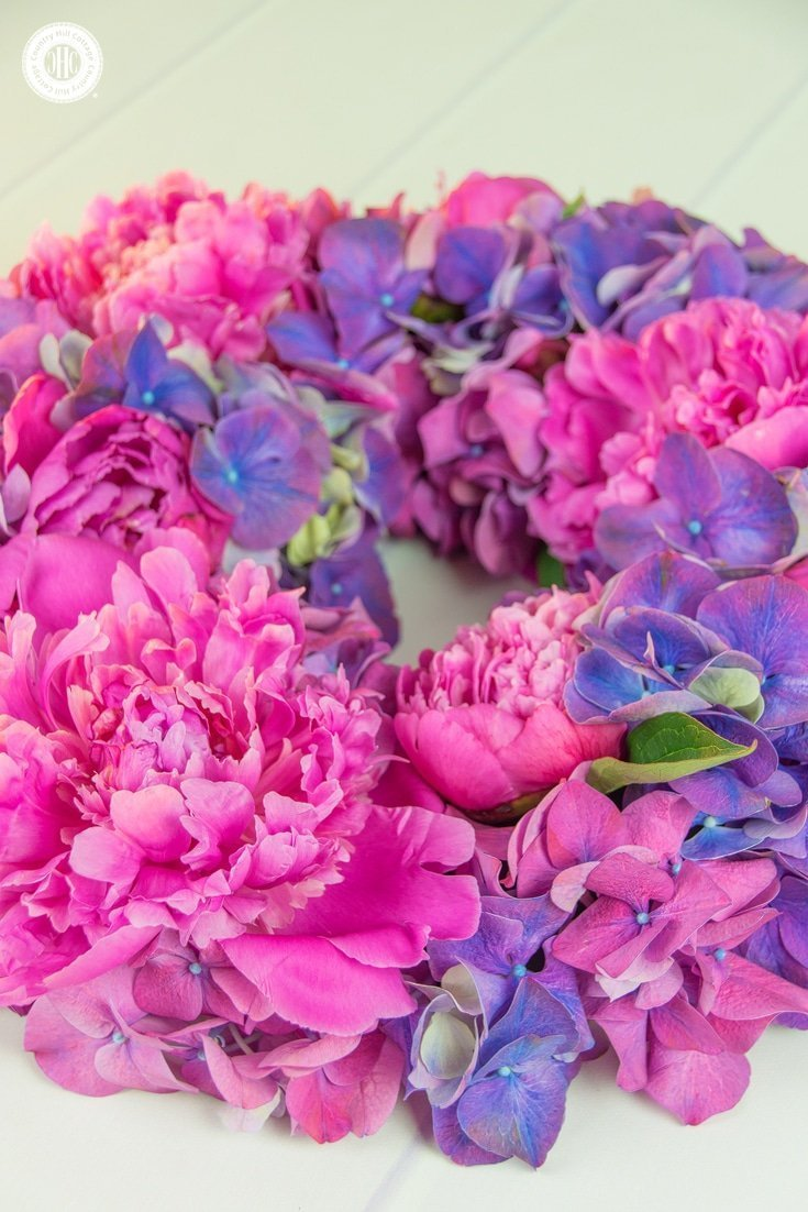 Learn how to create a beautiful peony hydrangea wreath in our easy to follow DIY! #howto #flowerarragning | countryhillcottage.com