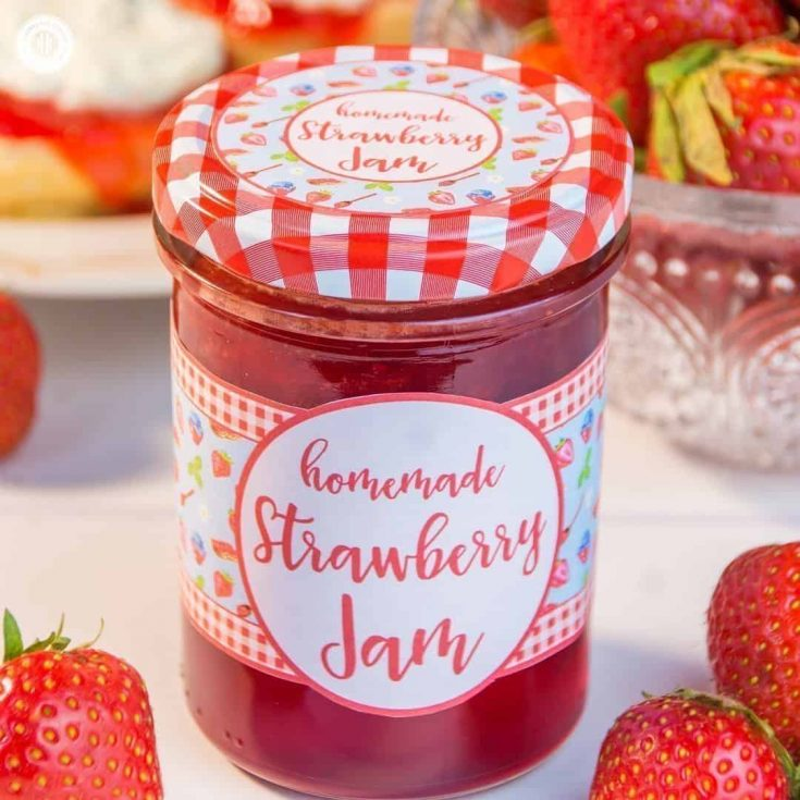 Make homemade strawberry jam! Get our easy recipe, learn to prepare delicious variations and download our free printable label to create a cute food gift! #homemade #strawberries #jam   countryhillcottage.com