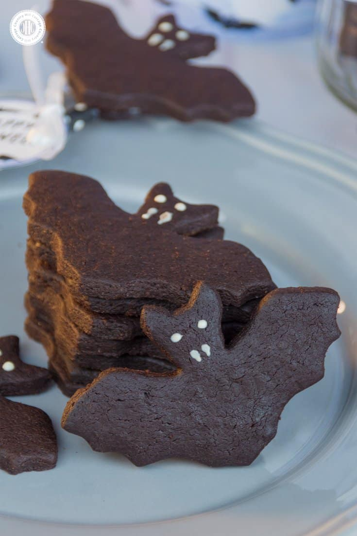 Make bad bat biscuits and cookie pops decorated with out free printable gift tags! #Halloween #cookies | countryhillcottage.com