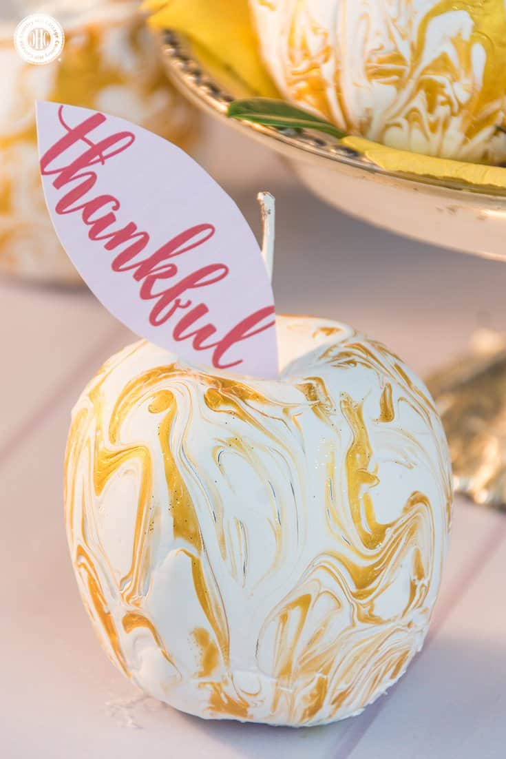 Learn to create beautiful gold and white marbled apples in our series about Apple DIYs! They are an excellent gift and also look great as a centrepiece on your dinner table. #apples #homedecor | countryhillcottage.com