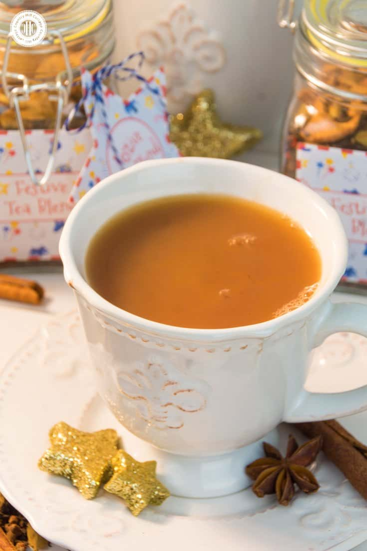 Create a festive chai tea blend with cinnamon, cardamom, gloves and pink pepper, and get free printable labels – 5 quick holiday gift giving ideas   countryhillcottage.com