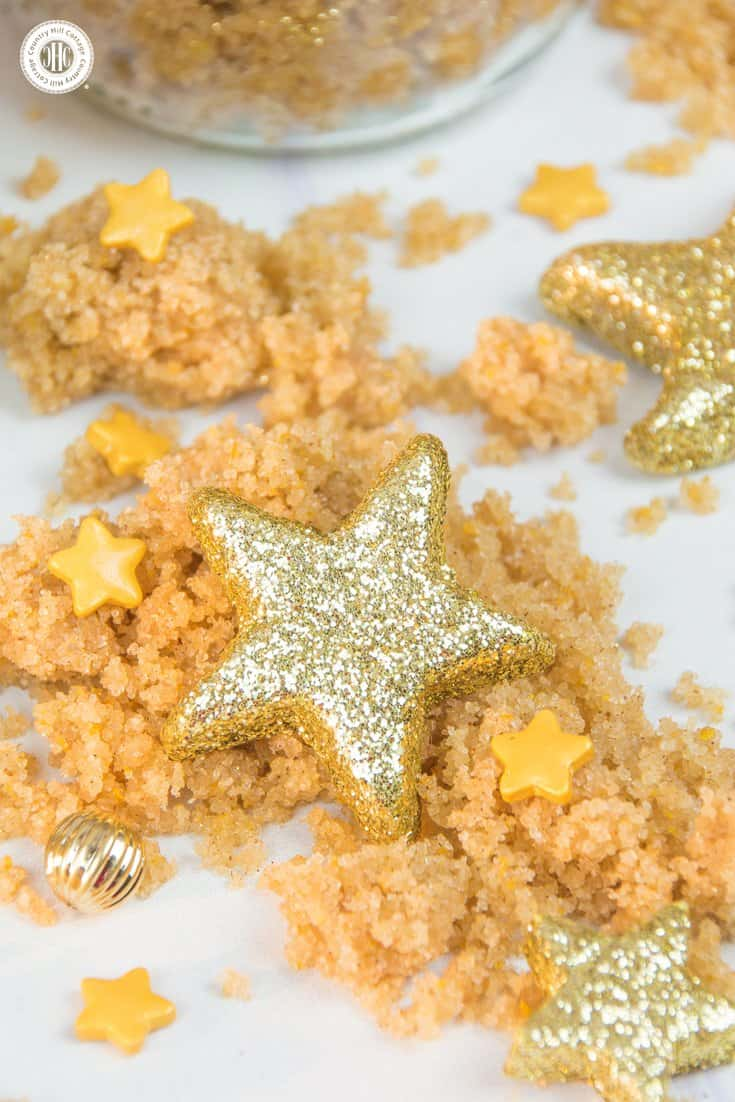 Learn to make glittery cinnamon brown sugar body scrub with coconut oil and decorate with free printable labels – 5 quick holiday gift giving ideas | countryhillcottage.com