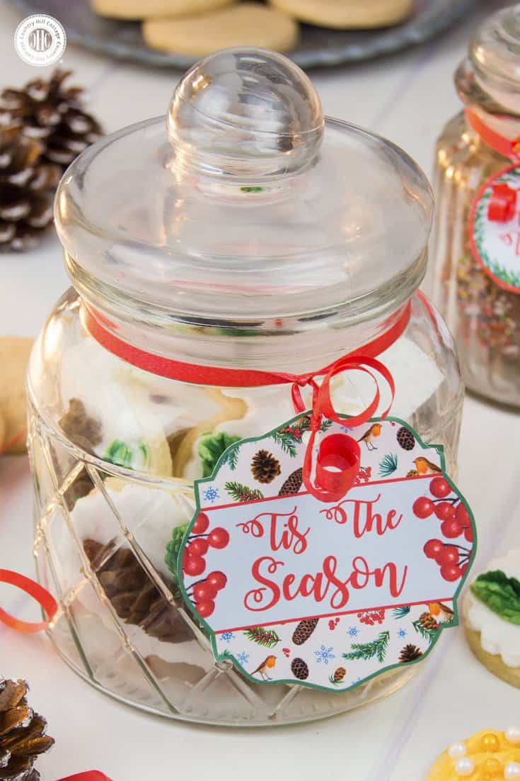Apothecary jars have a homey, vintage feel and are a great way to package biscuits up cute. The recipient can later reuse the jar to store other things. Your friends and neighbours will love this! Get this and 10 more cookie packaging ideas! #Christmas #foodgifts #cookiepackaging #freebie | countryhillcottage.com