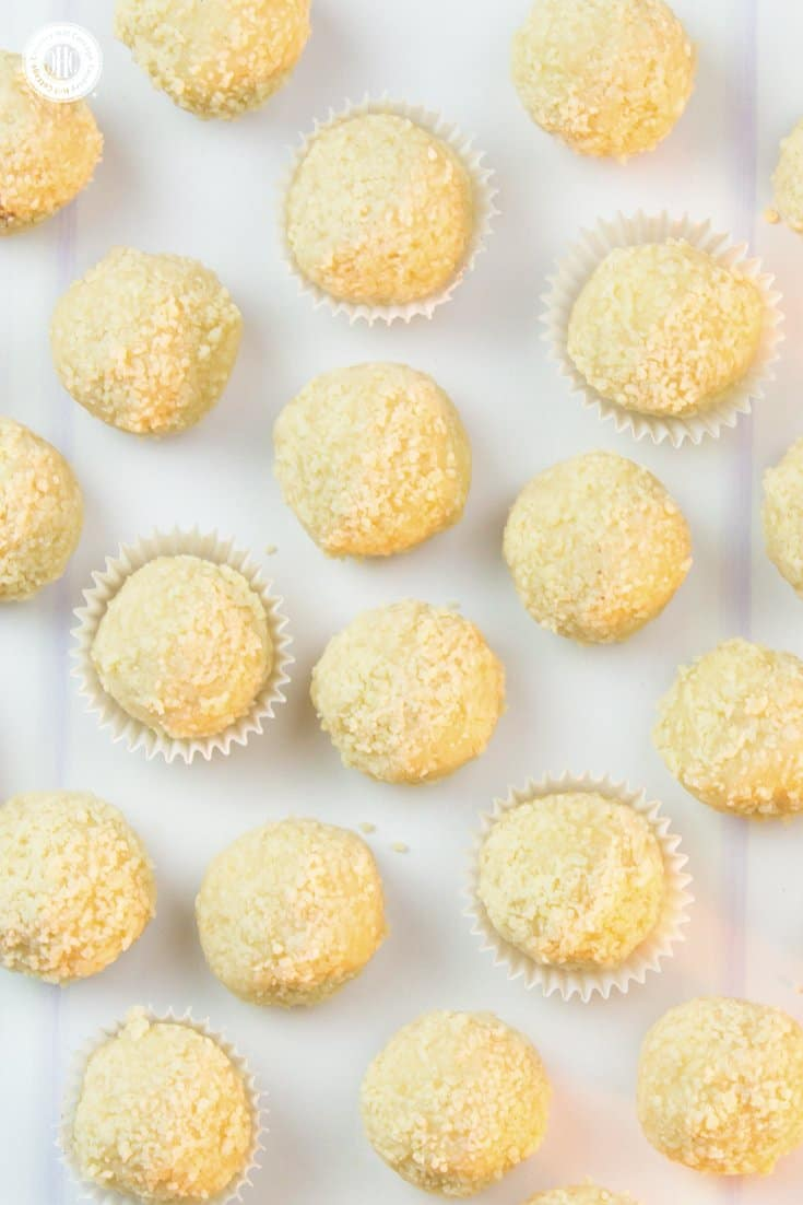 These homemade vanilla chocolate truffles are packed with flavour and look pretty as DIY food gift! Get the recipe for these sweets and 3 more quick and easy chocolate truffle recipes at our blog. #truffle #chocolate #foodgift | countryhillcottage.com