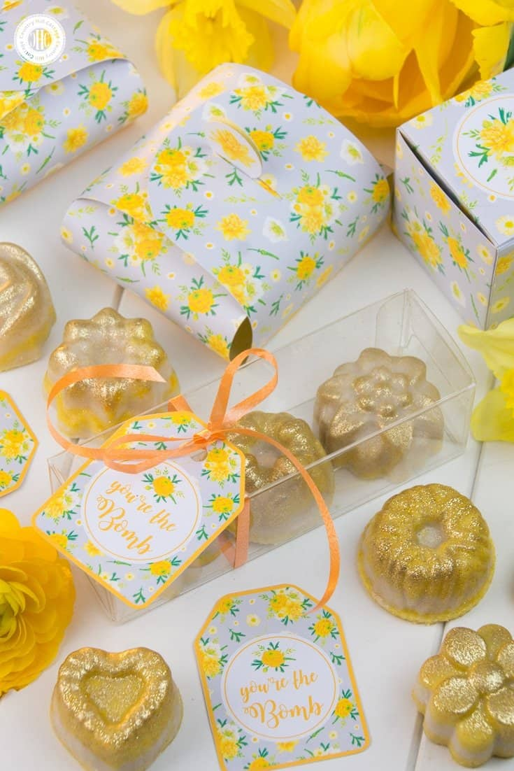 Decorated with our printable tags, the bath bomb favours are a cute and pretty DIY gift for attendees of a wedding or party. #skincare #bathbomb #favorideas #printables #diygift | countryhillcottage.com
