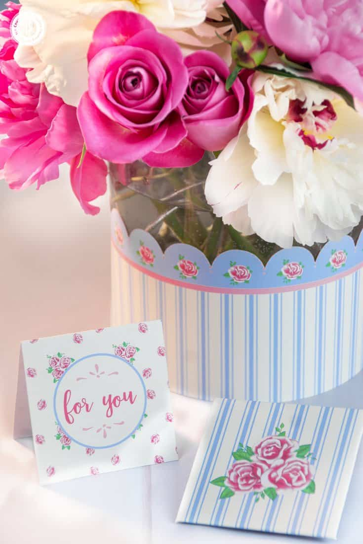 This pretty peony rose arrangement is made with lush white and pink peonies and beautiful roses. The centerpiece looks amazing on a dinner table, as part of a dessert bar or as a centrepiece for weddings. We covered the vase with a free printable vase wrapper and also included a cute printable card and mini-envelope to give the arrangement as a homemade Mother's Day gift or DIY birthday present. #flowerarranging #peony #rose #pink #mothersday #giftgiving | countryhillcottage.com