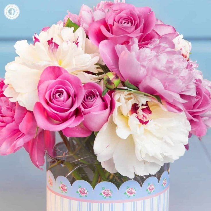 This pretty peony rose arrangement is made with lush white and pink peonies mixed beautiful roses. The centerpiece looks amazing on a dinner table, as part of a dessert bar or as a centrepiece for weddings. We covered the vase with a free printable vase wrapper and also included a cute printable card and mini-envelope to give the arrangement as a homemade Mother's Day gift or DIY birthday present. #flowerarranging #peony #rose #pink #mothersday #giftgiving | countryhillcottage.com