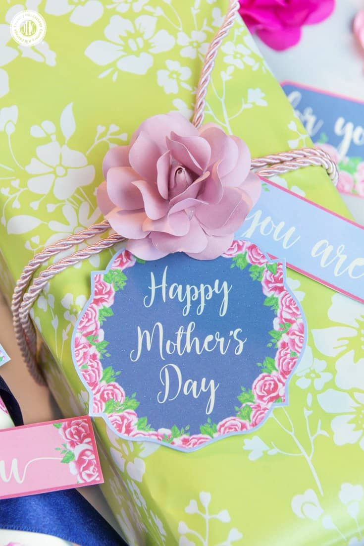 Gift your Mother's Day presents in style with 20 free Printable Mother's Day gift tags from our Vintage Rose collection! You can use these DIY gift tags them for wrapping and packaging presents. Or print the tags on self-adhesive paper and use them as stickers to decorate Mother's Day cards or other DIY projects. Or use iron-on transfer paper and adorn a sweet tee for Mum. #gifttags #MothersDay #printables #giftgiving #freebie | countryhillcottage.com