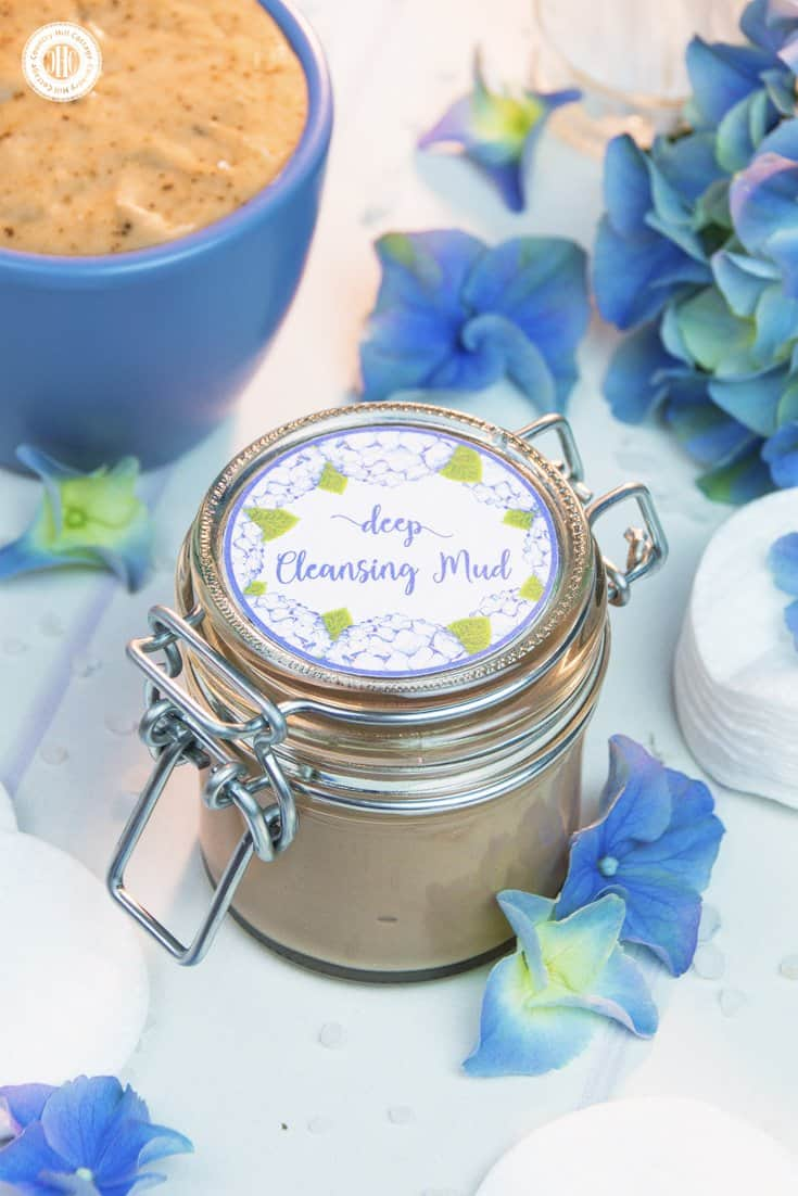 Learn how to make a DIY deep cleansing mud with essential oils. This homemade natural facial cleanser cleans gently yet effectively and works great for all skin types. The base is made of Ghassoul mud, a clay that's rich in minerals and anti-bacterial. The mud is perfect to treat acne-prone, sensitive and irritated skin. #acnetreatment #cleansingmud #skincare #beautyrecipe #diybeauty #clearskin | countryhillcottage.com