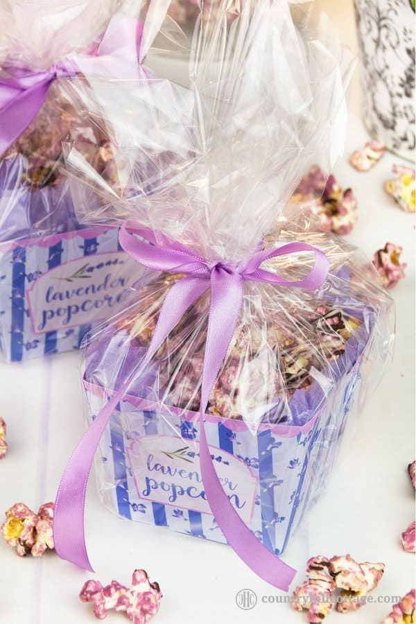 Our homemade lavender popcorn with lavender essential oil is a delicious and beautiful homemade food gift for birthdays, holidays, teacher's appreciation day, Mother's Day or as a party favour. Visit our blog to get the recipe and to download a beautiful free printable popcorn box to package and gift this treat. #popcorn #printable #freeprintable #foodgift #freebie| countryhillcottage.com