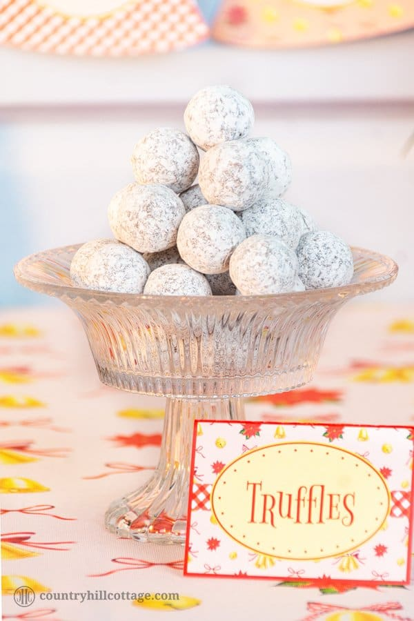 Our easy holiday truffle recipe is an absolute must-try and will be much loved by any foodie and chocolate connoisseur. These quick cinnamon rum truffles are an excellent homemade food gift and stocking filler. You only need milk and semi-sweet chocolate, cream, butter, rum and ground cinnamon to whip up this easy Christmas treat recipe. The recipe includes printable instructions and we also share a few flavour variations. #chocolate #truffles #foodgift #holidayrecipe | countryhillcottage.com