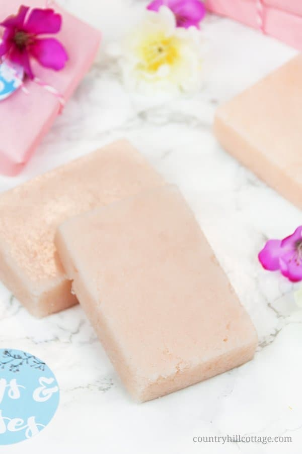 DIY sugar soap scrub bars are made with sugar, soap, a vegetable butter, and essential oils. Use this lovely homemade scrub bar on the entire body, and get a three-in-one spa treatment: the sugar gently exfoliates, while the soap cleanses and the butter moisturises leaving you with glowing and refreshed skin. The peeling bars are made with natural, non-toxic ingredients that replenish and nurture dry, dull skin. #sugarscrub #peeling #essentialoils #skincare #nontoxic | countryhillcottage.com