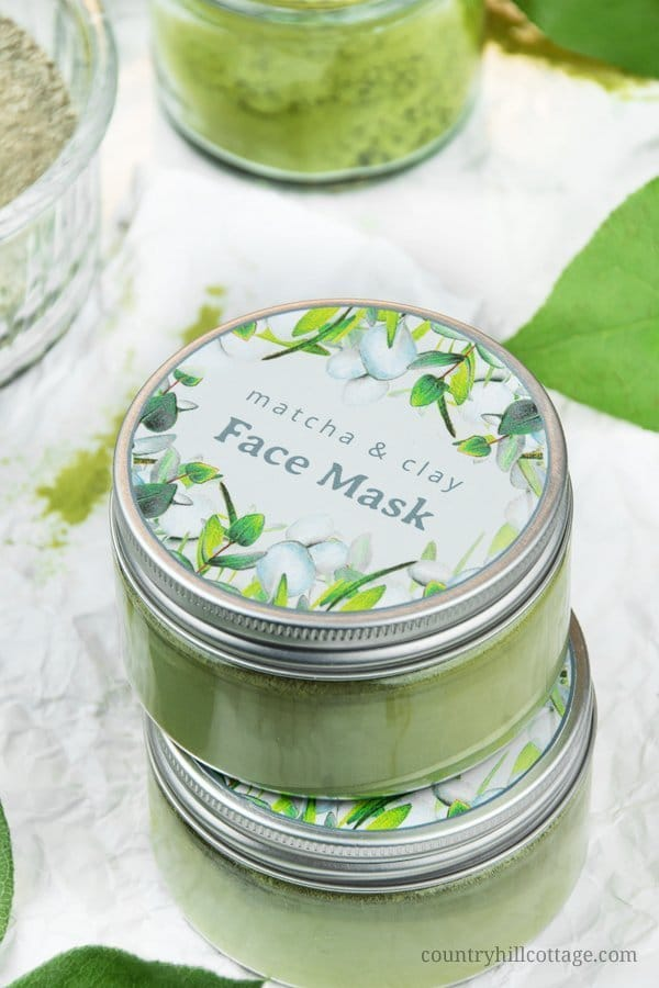 Let your skin glow with a purifying DIY matcha green tea clay mask! This gentle, all-natural matcha clay mask helps to cleanse and detoxify the skin, making you look radiant. Masking is an essential part of your battle against impurities such as acne, blackheads, or large pores. The homemade green tea clay mask is suitable for all skin types, whether you have oily, acne prone skin or sensitive and dry skin. #claymask #matchamask #greenteamask #facialmask #beautyrecipe | countryhillcottage.com