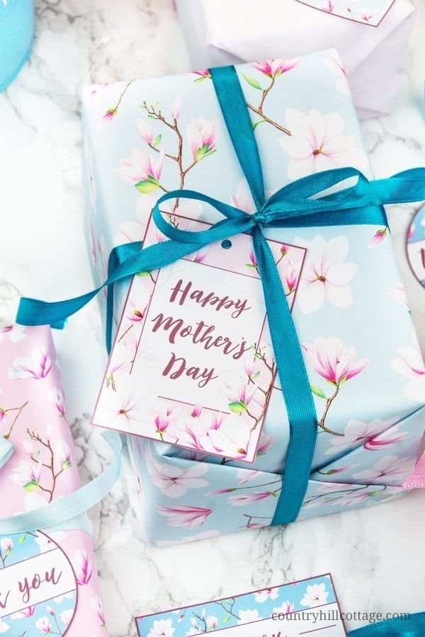 Printable Mother's Day gift tags are perfect for decorating gifts to celebrate Mother's Day. Our printable gift tags are an easy DIY project, just print, cut, wrap and gift. The printable Magnolia gifts tags are great for many occasions in spring, including birthdays, wedding anniversaries, or to label shower gifts. Use the set as stickers, labels and template for scrapbooking, planners, diaries, and to write sweet notes. #printable #gifttag #MothersDay #spring #freebie | countryhillcottage.com