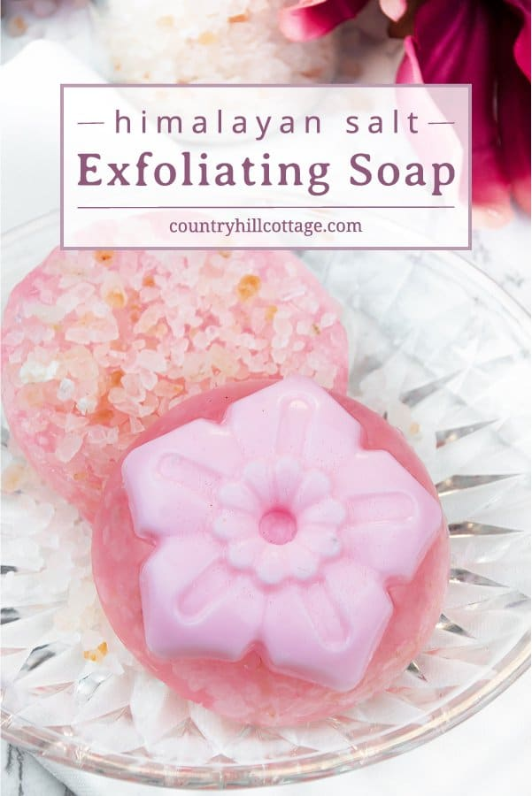 Refresh your skin with a DIY exfoliating soap with Himalayan salt! Suitable for hands and body, the salt crystals provide gentle exfoliation & cleansing, while the added vitamin E oil nourishes & moisturises the skin. These handcrafted soap bars are made with a melt-and-pour soap base so you can have them ready in no time. The soap are great gifts for Mother's Day, spring birthdays or beauty lovers all year round. #meltandpoursoap #diysoap #exfoliatingsoap #soapmaking | countryhillcottage.com