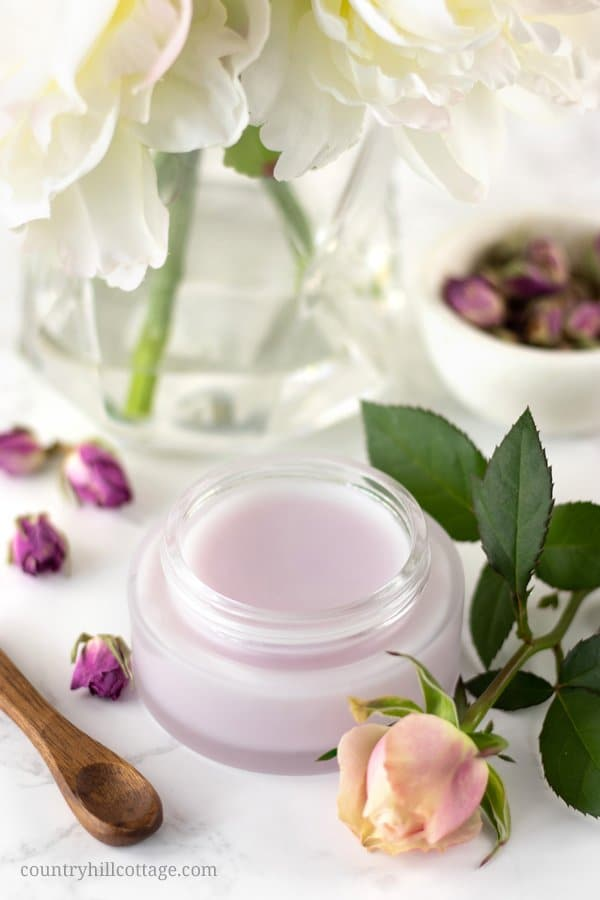 This natural DIY rose cleansing balm is a lovely way to pamper yourself at the end of the day. It pairs the aroma of fresh roses with a rich, silky consistency that will melt away even the most long-wearing makeup. Infused with the soft, floral fragrance of rose petals, it will help you relax as it melts away your makeup. A subtle petal pink colour makes this cleansing balm a delight for all senses! #cleansingbalm #skincare #beautyrecipe #greenbeauty #essentialoils| countryhillcottage.com