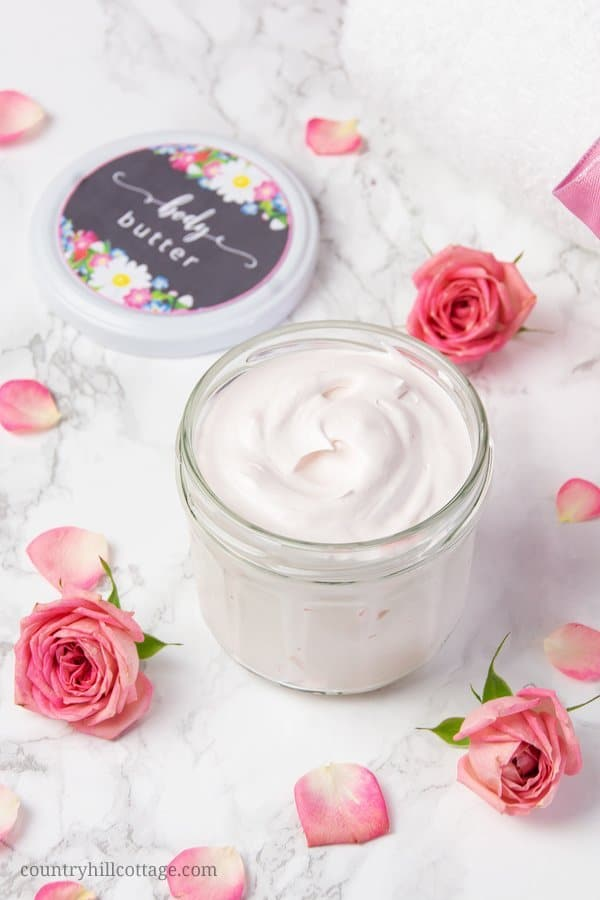 This homemade whipped body butter with shea butter, coconut oil and essential oil is very fluffy and deeply moisturizing. The body butter is suitable for all skin types, including sensitive skin. A small amount of emulsifying wax makes the DIY body butter non greasy and improves the texture. This recipe is part of our DIY spa kit, which includes more beauty recipes and free printable labels for easy gift giving. #bodybutter #sheabutter #coconutoil #essentialoils | countryhillcottage.com