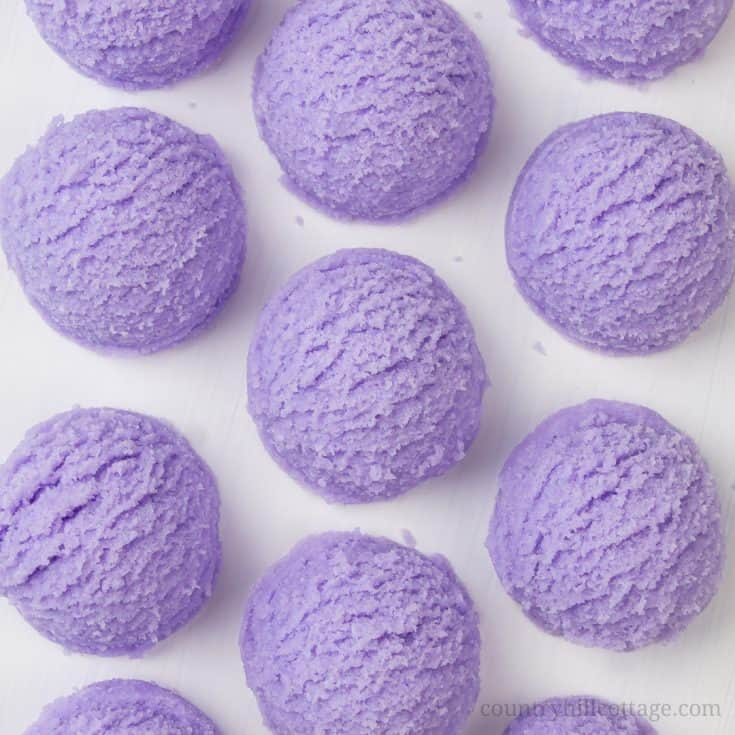 Learn how to make DIY lavender bubble bath bars scoops for a spa experience! Made with essential oils, citric acid, baking soda, moisturising cocoa butter, coconut oil and an ice cream scoop, these DIY bath truffles soften the skin, relaxes your senses and create long-lasting bubbles. This solid bubble bar recipe is easier to make than bath bombs and a great homemade gifts idea. Tutorial with step-by-step instructions. #bathtruffle #bathbomb #bubblebar #essentialoils | countryhillcottage.com
