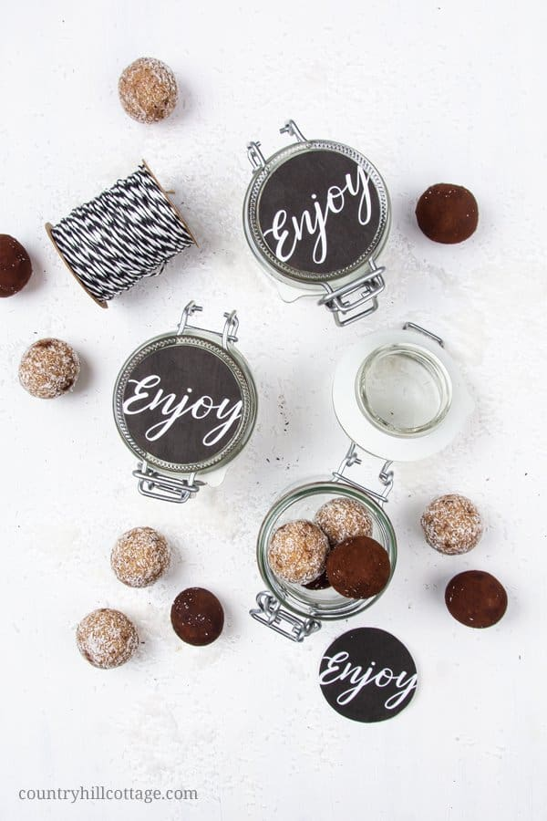 Gluten free vegan no bake energy balls are an easy, healthy, quick and cheap homemade food gift for Christmas, holidays, birthday, your friends and family, for teachers, men, your boyfriend, or just to say thank you. As a packaging idea, put the energy bites in a jar or cute mason jars and decorate them with our free printable chalkboard-style labels. Tab the image & learn how to make this healthy gourmet food gift idea. #foodgift #energyballs #Chrsitmas #freeprintabel | countryhillcottage.com