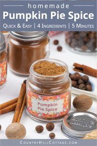 How to make and gift pumpkin pie spice: Evoke the taste of autumn with homemade pumpkin pie spice. This warm DIY spice blend recipe adds fall flavors to seasonal baking and desserts, from latte to cookies, cakes, syrup, coffee and muffins. Homemade seasoning mixes are an excellent DIY food gift idea for holidays and Christmas. The recipe includes packaging ideas and free printable labels. #pumpkinspice #foodgift #printable #spiceblends #seasoningmix #diy #pumpkinpiespice | countryhillcottage.com