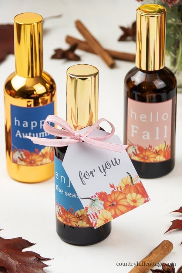How to make a simple natural fall air freshener DIY room spray with essential oils in 5 minutes! The easy homemade room refresher spray recipes need just 3 ingredients plus and is perfect to make your home smell like autumn. This air freshener spray is surprisingly easy to put together and will make your house smell amazing. Also a great DIY gift idea, includes free printable labels. #essentialoils #essentialoilrecipe #airfreshener #roomspray #essentialoilDIY #fall | countryhillcottage.com