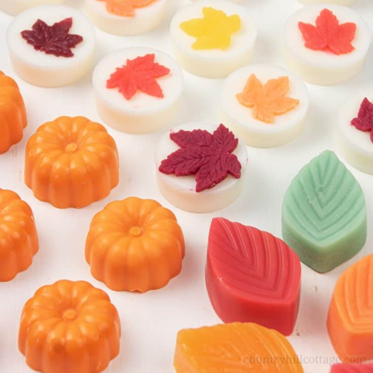 This homemade scented wax melts recipe makes the perfect fall craft idea! See how to make easy pretty DIY fall wax melts with soy wax and essential oils. Unique natural non toxic wax tarts are perfect to fragrance your house naturally and make a lovely handmade gift idea for autumn and the holiday season. With tips for warmer and burner, storage, reuse, how to use, how to clean. Cute pumpkin spice wax melts. #waxmelts #waxtarts #diywaxmelts #essentialoils #homefragrance | countryhillcottage.com