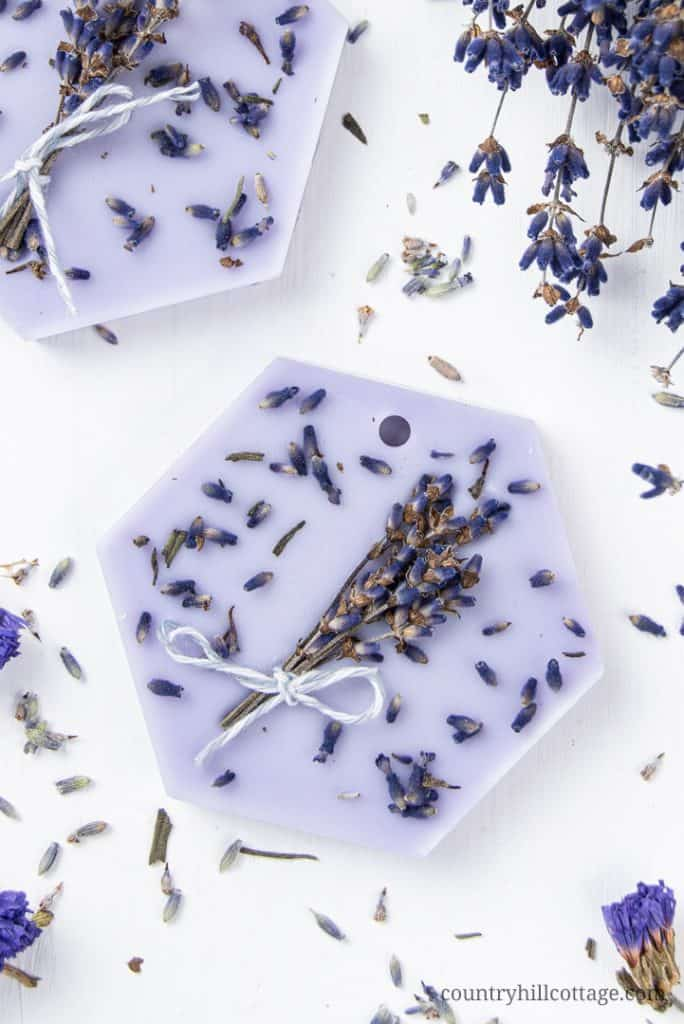See how to make pink DIY lavender wax sachets with lavender or lavandin essential oil, dried lavender, lavender buds and soy wax. Easy homemade natural wax sachets are a long lasting odor eliminator to fragrance your bathroom, kitchen, drawers and closets. The recipe makes cute Christmas gifts, wedding favors and home decor. With tips for uses, where to put and printable paper gift labels for packaging. #lavender #waxsachet #waxtablet #gift #airfreshener #essentialoils | countryhillcottage.com