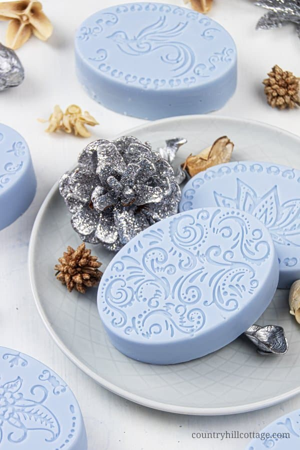 See how to make the best moisturizing soap for sensitive, mature, eczema and dry skin in just 10 minutes! This easy natural DIY melt and pour soap recipe with essential oils is simple for beginners and very hydrating. The pretty homemade hand soap bar is a quick handmade Christmas present and beauty gift idea that every skincare lover will appreciate. Can be made with goat milk or shea butter soap base. #soap #meltandpour #essentialoils #holidays #giftidea #soaprecipe   countryhillcottage.com