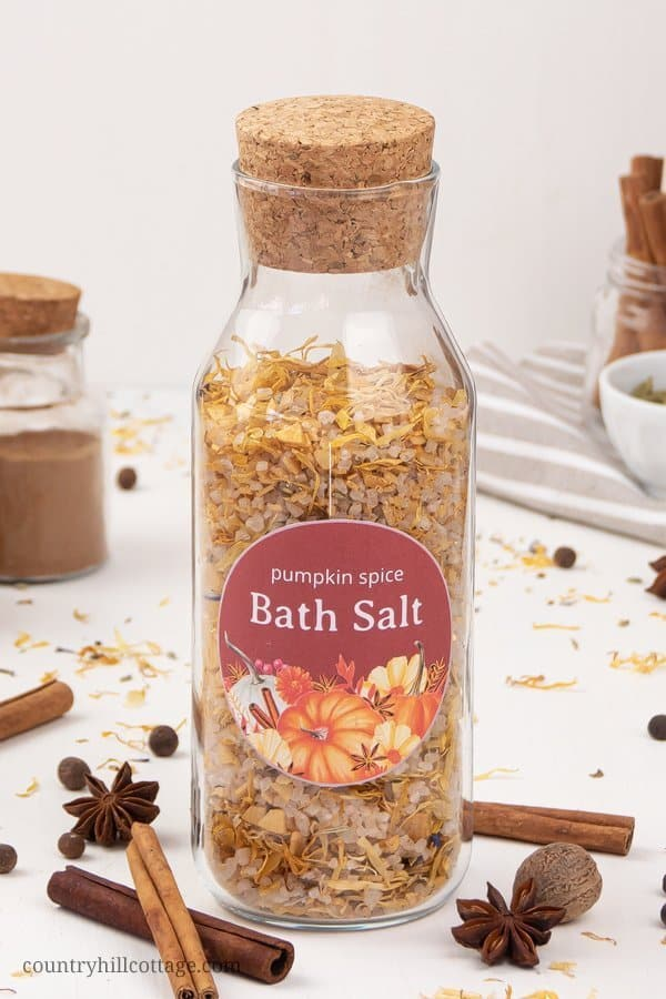 See how to make natural DIY pumpkin spice bath salt with essential oils, magnesium flakes & calendula! This easy and relaxing homemade fall bath salts recipe smells like pumpkin spice and is ready in 5 minutes. You learn how to use the bath salt and the best ways to package bath salt for storage and as a gift, including different container ideas and free printable labels for decoration. Cute Christmas and holiday present. #bathsalt #bathsalts #essentialoils #gift #diy | countryhillcottage.com