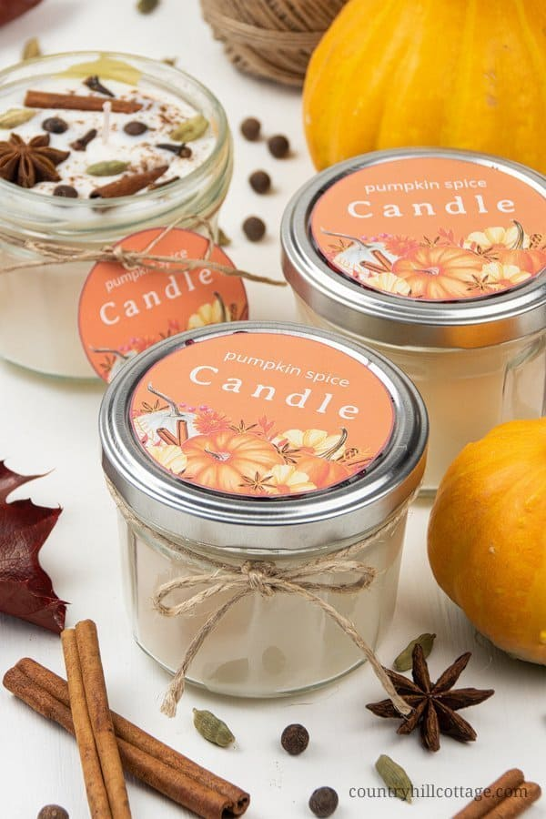 Enjoy fall scents! Learn how to make DIY pumpkin spices candles with soy wax and essential oils! This creative easy homemade fall scented candle recipe includes a pumpkin spice essential oil recipe, tips for the best materials and highly scented soy candles with essential oils. Poured in jars and decorated with free printable labels, this project is a great handmade gift idea for autumn holidays and Christmas. #soycandle #scentedcandle #essentialoils #pumpkinspice #fall | countryhillcottage.com