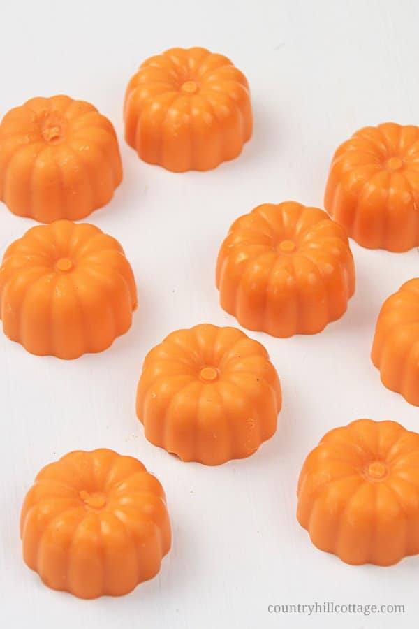Cute pumpkin spice wax melts. This homemade scented wax melts recipe makes the perfect fall craft idea! See how to make easy pretty DIY fall wax melts with soy wax and essential oils. Unique natural non toxic wax tarts are perfect to fragrance your house naturally and make a lovely handmade gift idea for autumn and the holiday season. With tips for warmer and burner, storage, reuse, how to use, how to clean. #waxmelts #waxtarts #diywaxmelts #essentialoils #homefragrance | countryhillcottage.com