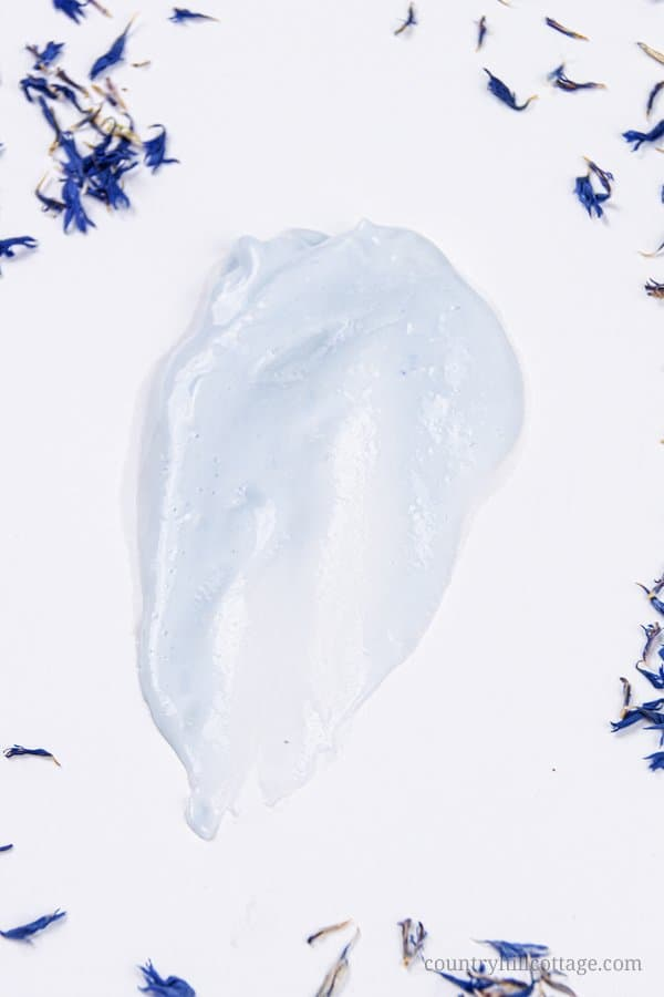 See how to make the best DIY body lotion for dry skin in winter with cornflowers and chamomile! This lightweight DIY body lotion is very moisturizing and made with natural materials. The simple whipped moisturizer feels velvety and is perfect to keep your skin soft and supple all winter long. Plus, you get useful tips for how to make homemade body lotion from scratch. Beauty product with shea butter and essential oils. #bodylotion #dryskin #moisurizer #essentialoils | countryhillcottage.com