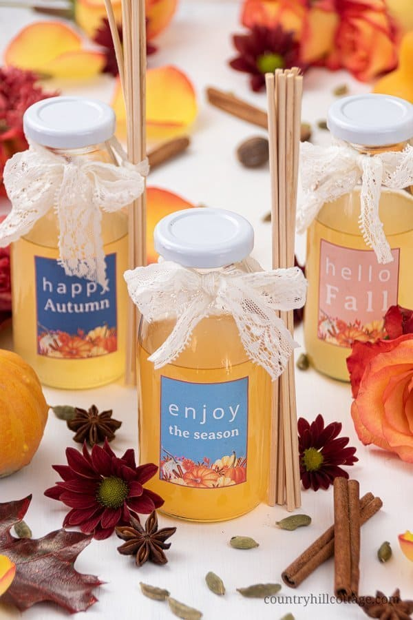 Learn how to make romantic 6 floral autumn diffuser blends and make homemade reed diffusers! These DIY diffusers with essential oils are the perfect way to fragrance a room and they make adorable gifts. The indulgent fall scents create a romantic and relaxing atmosphere and will lift your mood. These diffusers are only made with natural ingredients and the DIY includes free printable gift labels. #reeddiffuser #diffuser #essentialoils #naturalgift #fall #autumn | countryhillcottage.com