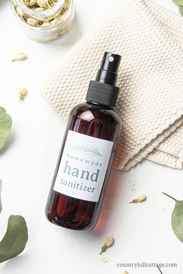 See how to make a natural DIY hand sanitizer spray with essential oils for you and your family! This homemade hand rub with alcohol/vodka and aloe vera gelt contains organic ingredients. Essential oils provide anti-bacterial and anti-viral properties that help to fight germs and microbes. The hand disinfectant recipe includes free printable gift labels, packaging and uses ideas. Can be made with thieves and on guard. Great for kids! #handsanitizer #essentialoils | countryhillcottage.com