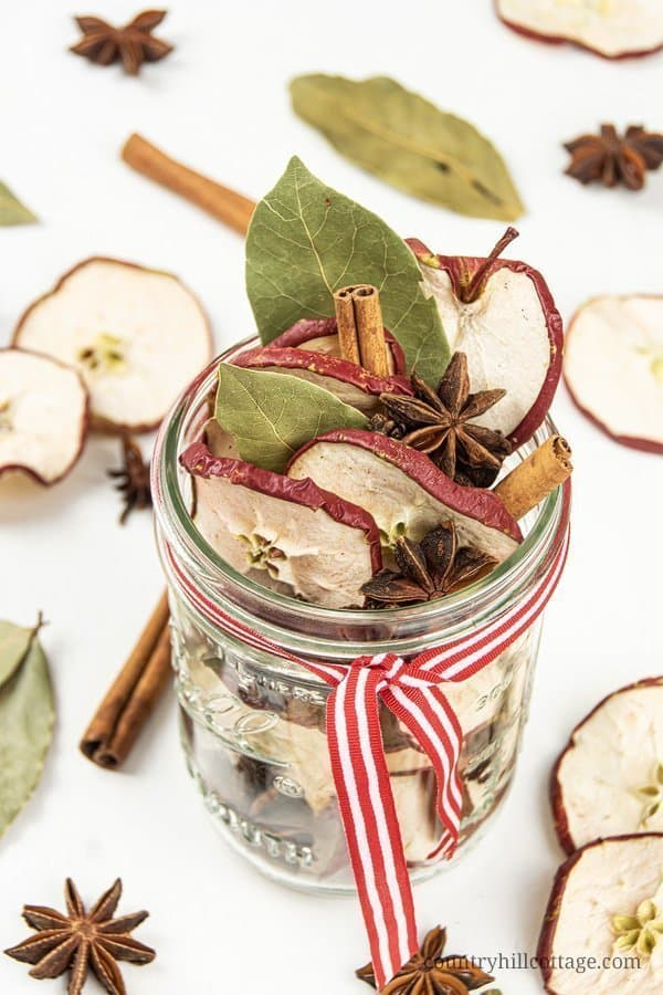This spices apple potpourri recipe pays homage to the popular baked apples Christmas dessert. Dried apples, cinnamon, star anise and cloves make your home smell like Christmas instantly. See how to make a DIY stovetop potpourri gift! Simmer potpourris and dry potpourri recipes are wonderful homemade holiday gift ideas. The tutorial comes with free printable labels for packaging. #holidaygift #diygift #christmas #potpourri #airfreshener #stovetoppotpourri #simmerpot | countryhillcottage.com