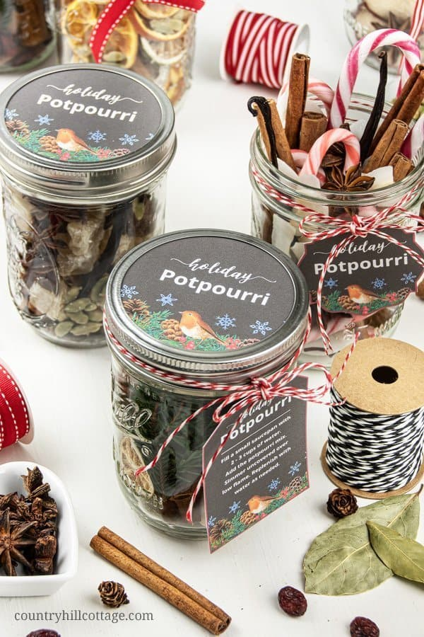 Stove top potpourri recipe with printable labels and gift tags. The printable labels and gift tags come in different shapes and sizes so that everyone can find a label for their jar. See how to make a DIY stovetop potpourri gift! These simmer potpourris make your house smell like Christmas and dry potpourri recipes are wonderful homemade holiday gift ideas. #printable #printables #printable labels #gift #christmasgift #holidaygift #diygift #potpourri #potpourrigifts | countryhillcottage.com